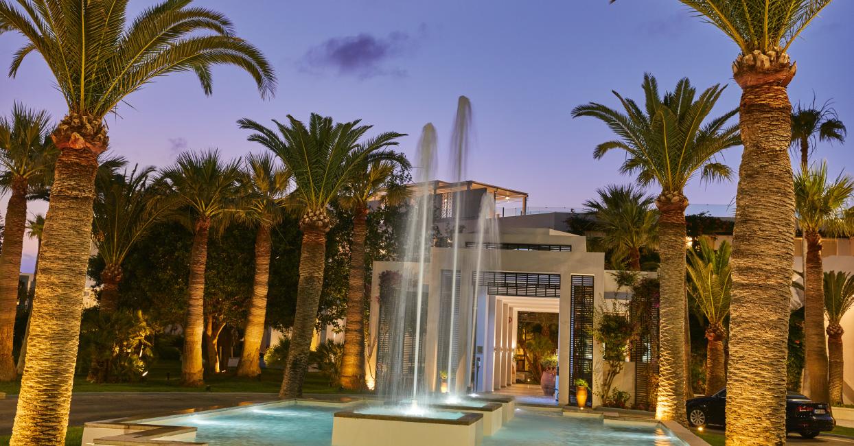 06-fountains-in-grecotel-creta-palace-entrance-decor-summer-holidays-in-greece