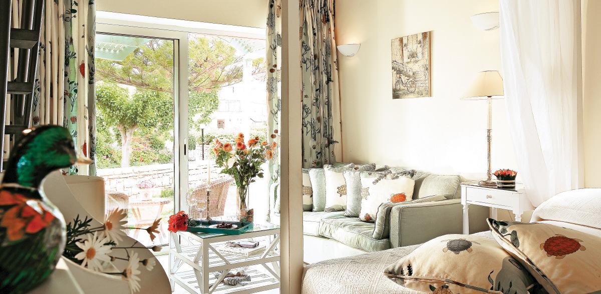 01-maisonette-living-area-and-balcony-creta-palace-accommodation