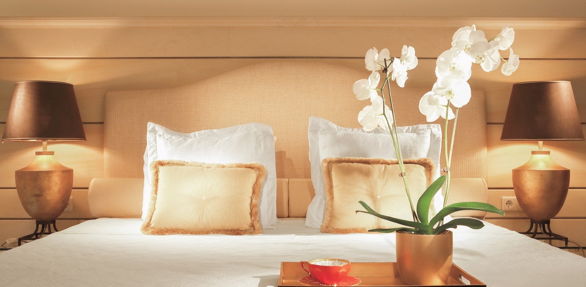 02-deluxe-junior-bungalow-suite-bedroom-luxury-holidays-in-creta-palace-greece