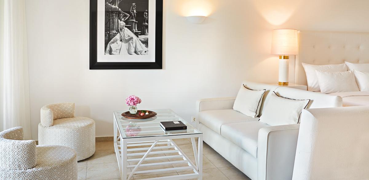 03-creta-palace-family-bungalow-suite-bedroom-crete-island-holidays-grecotel