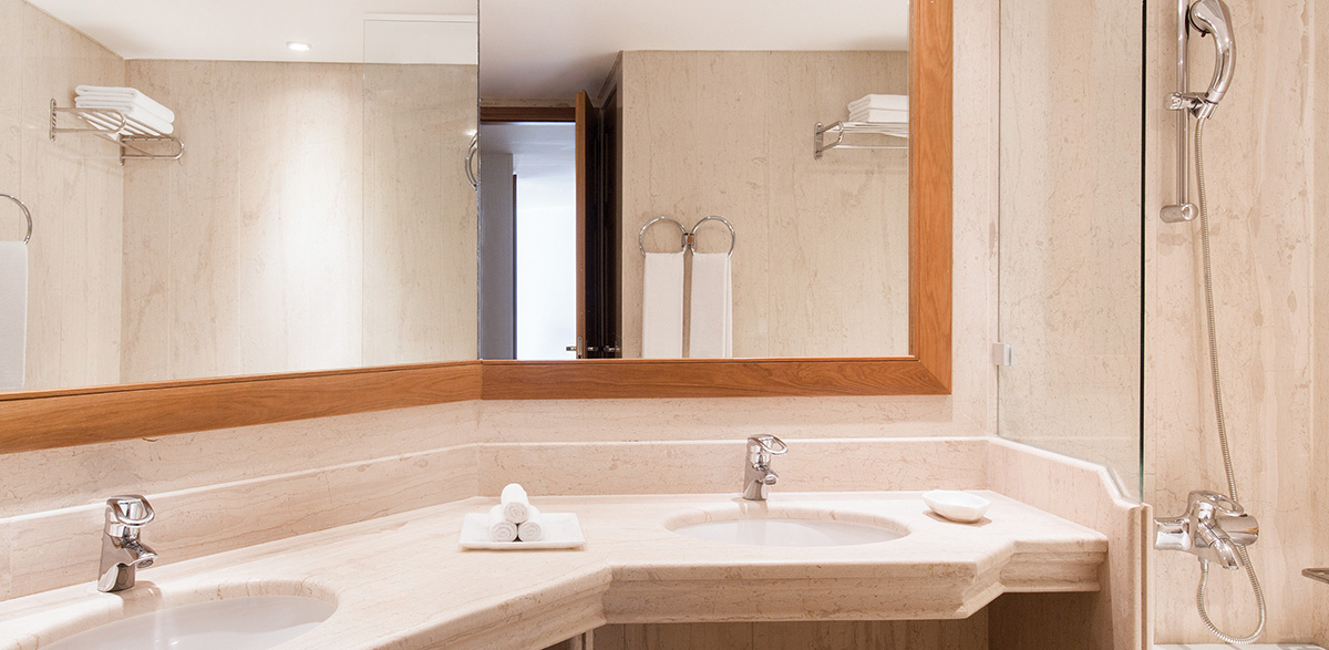 06-spacious-bathroom-in-palace-guestroom-luxury-accommodation-in-crete