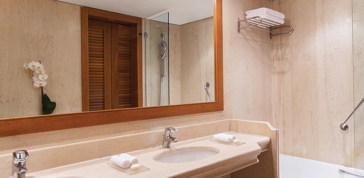 05-spacious-bathroom-palace-luxury-suite-creta-palace-grecotel-panoramic-views