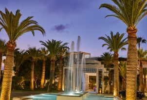 05-evening-at-the-entrance-of-grecotel-creta-palace-and-beautiful-fountain