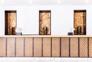06-lobby-decor-in-grecotel-creta-palace-in-greece