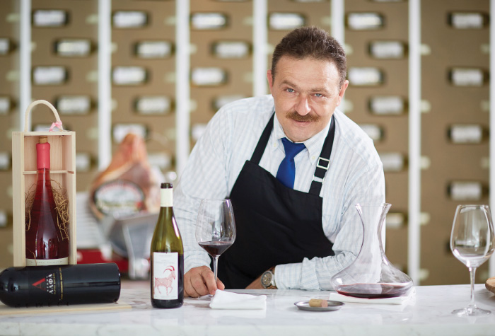 02-sommelier-in-grecotel-creta-palace-wine-services