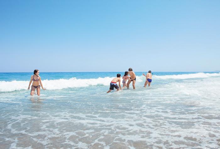 01-kids-having-fun-at-the-beach-creta-palace-greece